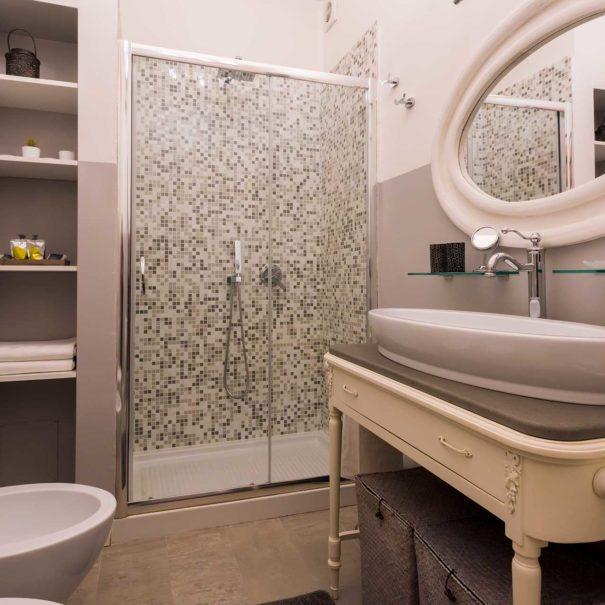 Una veduta grandangolare del bagno all'interno della suite del Bed & Breakfast Tra gli Alberi e il Mare.
