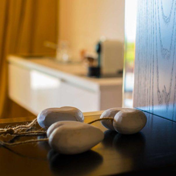 Una veduta grandangolare dell'interno della suite del Bed & Breakfast Tra gli Alberi e il Mare.